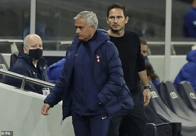 HLV Mourinho sốt ruột khi cầu thủ Tottenham đi vệ sinh quá lâu - 1