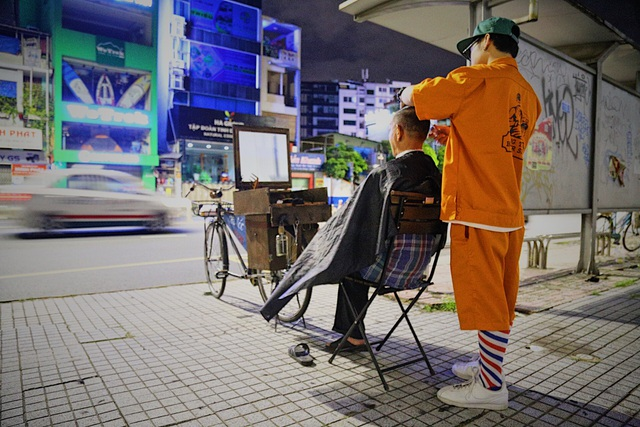 Chàng trai 9x chuyên cắt tóc miễn phí cho người vô gia cư - 1