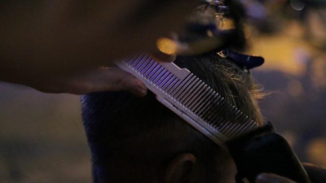 Chàng trai 9x chuyên cắt tóc miễn phí cho người vô gia cư - 8