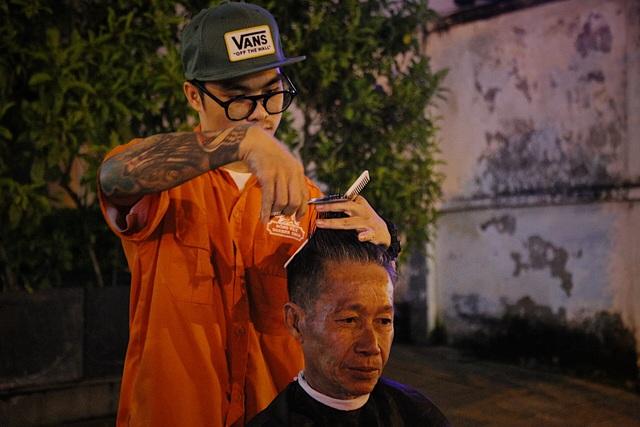 Chàng trai 9x chuyên cắt tóc miễn phí cho người vô gia cư - 2