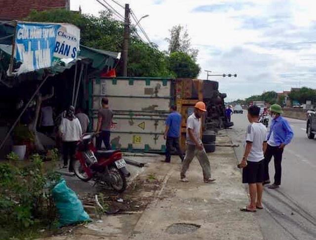 Xe container lật nghiêng sau tai nạn liên hoàn, 2 người thương vong - 2