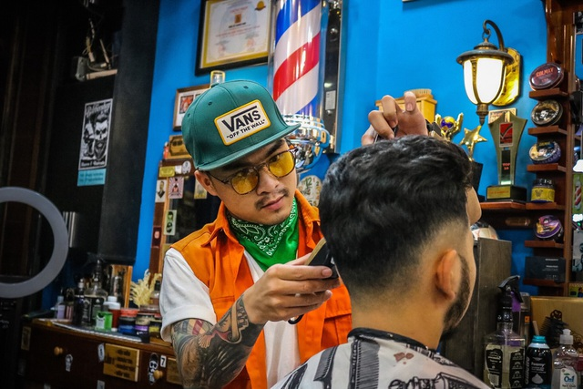 Chàng trai 9x chuyên cắt tóc miễn phí cho người vô gia cư - 5
