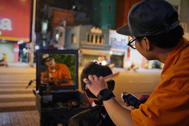 Chàng trai 9x chuyên cắt tóc miễn phí cho người vô gia cư - 6