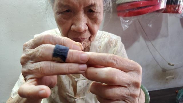Cụ bà 80 tuổi miệt mài với những chiếc áo dài truyền thống Hà Thành - 2