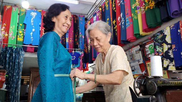 Cụ bà 80 tuổi miệt mài với những chiếc áo dài truyền thống Hà Thành - 4