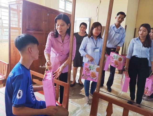 Sở LĐ-TBXH Bạc Liêu thăm, tặng quà cho trẻ em dịp Tết Trung thu - 2