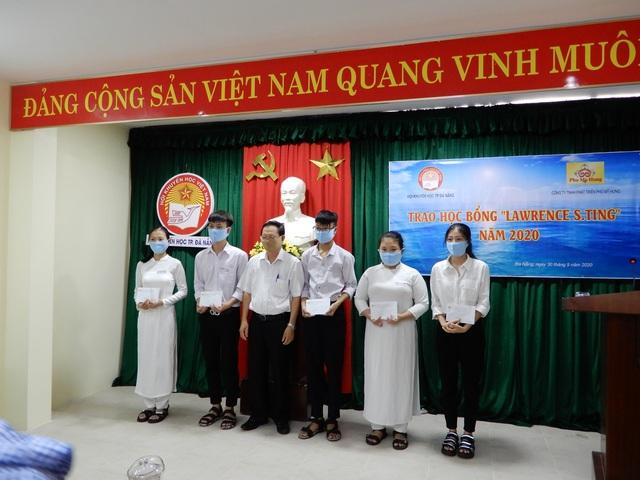 Đà Nẵng: Trao 25 suất học bổng đến học sinh vượt khó vươn lên trong học tập - 1