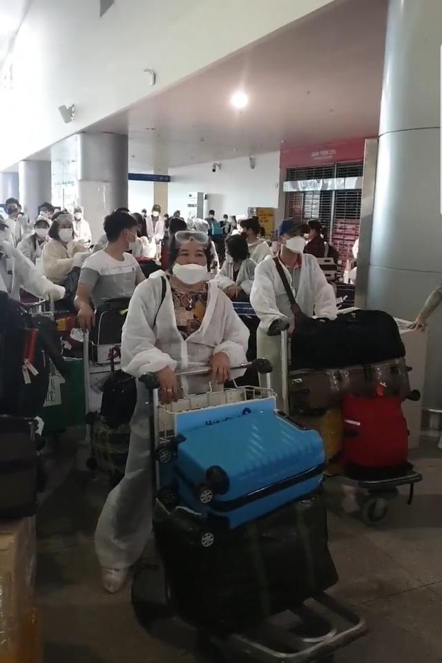 """Vì sao nhóm hành khách thuộc diện cách ly Covid-19 gây """"náo loạn"""" sân bay? - 2"""