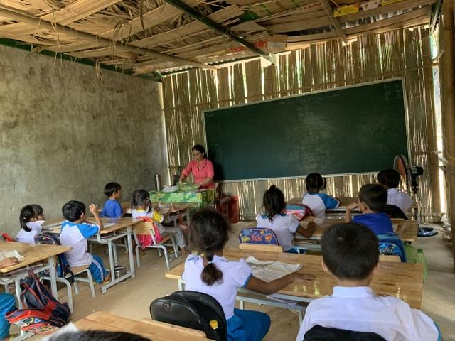 Xót xa phòng học tạm bợ bằng tấm lồ ô bên lưng đồi của cô trò lớp 2 - 3