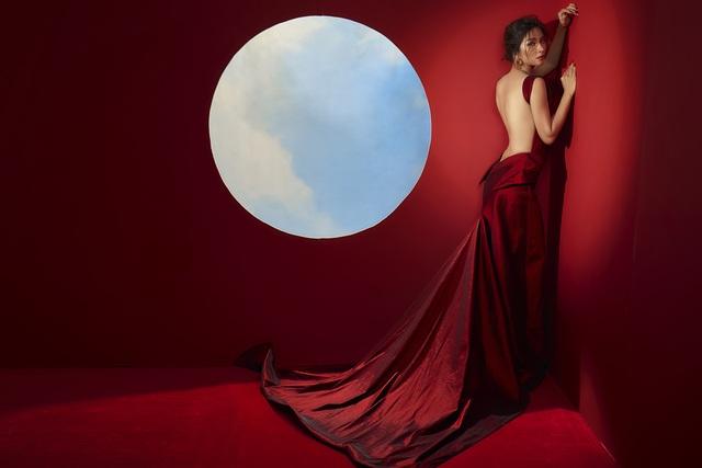 Kim Tuyến khoe lưng trần đầy ma mị dưới ánh trăng - 2