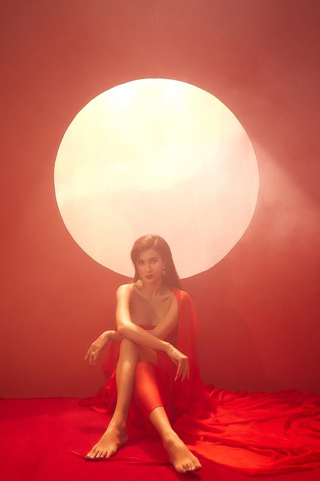 Kim Tuyến khoe lưng trần đầy ma mị dưới ánh trăng - 4