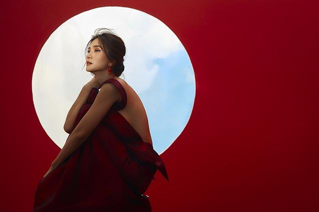 Kim Tuyến khoe lưng trần đầy ma mị dưới ánh trăng - 6