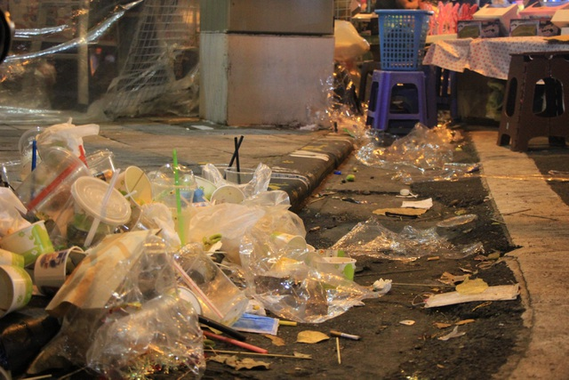 Tan hội Trung thu, khách tham quan phố Hàng Mã rủ nhau… gom rác - 3