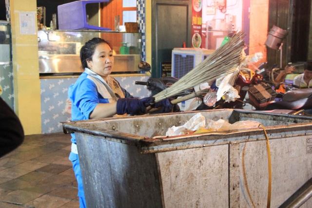 Tan hội Trung thu, khách tham quan phố Hàng Mã rủ nhau… gom rác - 5