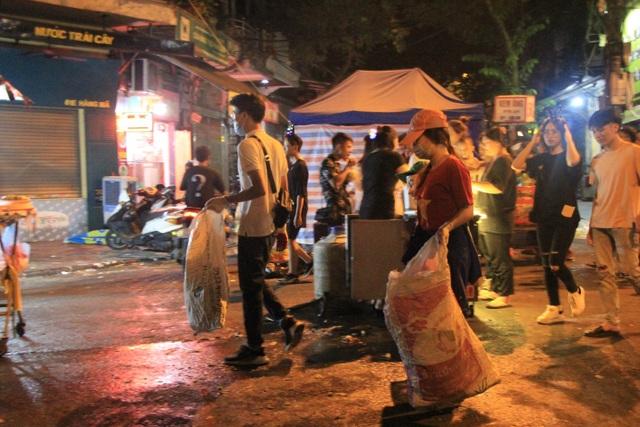 Tan hội Trung thu, khách tham quan phố Hàng Mã rủ nhau… gom rác - 7
