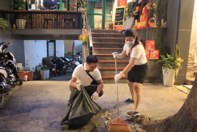 Tan hội Trung thu, khách tham quan phố Hàng Mã rủ nhau… gom rác - 8