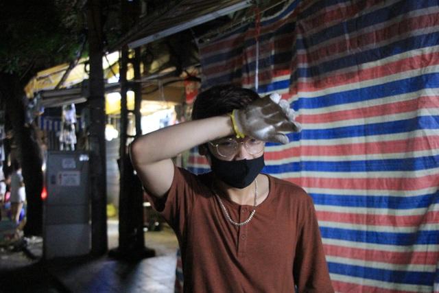 Tan hội Trung thu, khách tham quan phố Hàng Mã rủ nhau… gom rác - 9