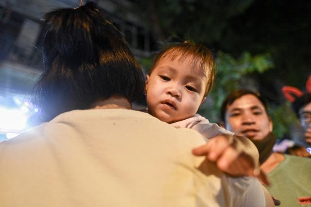 Trung thu: Người lớn chen vã mồ hôi, trẻ em mếu máo vì kẹt giữa biển người - 11