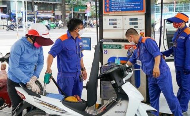 Thu phí bảo trì đường bộ qua xăng dầu: Nhiều hệ lụy - 1
