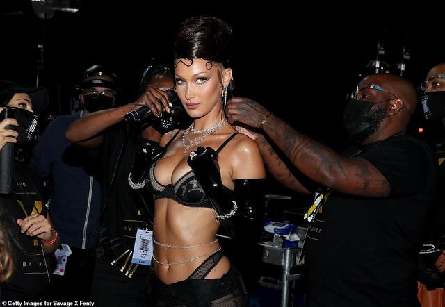 Bella Hadid, Paris Hilton... bốc lửa trong show diễn của Rihanna - 4