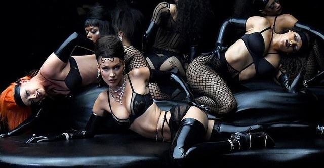 Bella Hadid, Paris Hilton... bốc lửa trong show diễn của Rihanna - 5