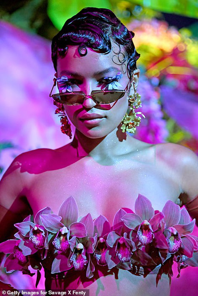 Bella Hadid, Paris Hilton... bốc lửa trong show diễn của Rihanna - 8