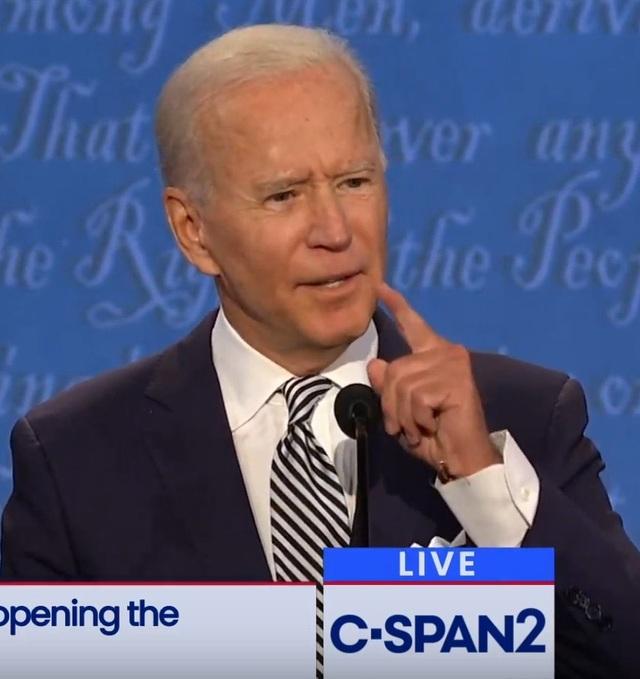 Sợi dây bí ẩn trên người ông Biden trong cuộc tranh luận đầu tiên - 2