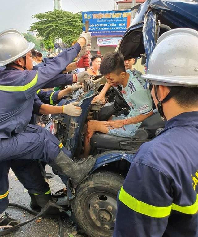 Hà Nội: Giải cứu tài xế xe tải mắc kẹt sau tai nạn giao thông - 1