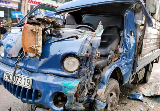 Hà Nội: Giải cứu tài xế xe tải mắc kẹt sau tai nạn giao thông - 2