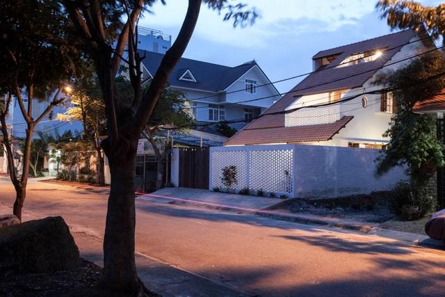"""Nhà 3 tầng chỉ nhìn thấy mái """"càng khám phá, càng bất ngờ"""" ở Sài Gòn - 3"""