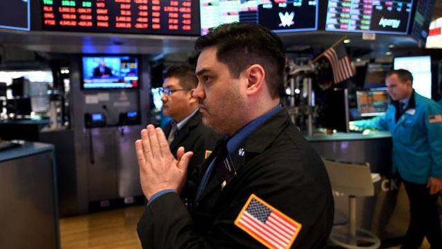 Chứng khoán lao dốc, giá vàng tăng vọt sau tin ông Trump mắc Covid-19 - 1