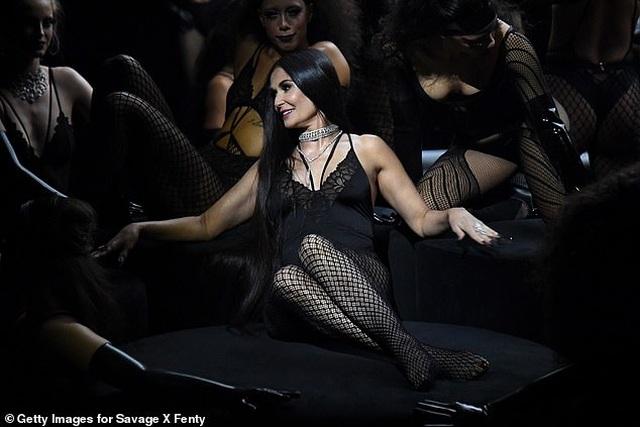58 tuổi, Demi Moore vẫn tự tin mặc đồ mát mẻ - 5