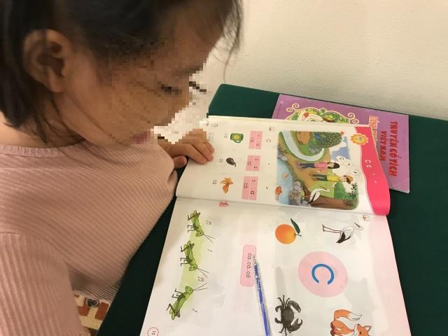 Mẹ là giáo viên, cũng vã mồ hôi kèm con học tiếng Việt lớp 1 - 3