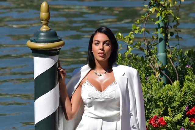 Bạn gái C.Ronaldo diện bikini khoe dáng gợi cảm trên du thuyền - 5
