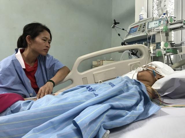 Nhói lòng cảnh cậu bé 8 tuổi thoi thóp trên giường bệnh - 4