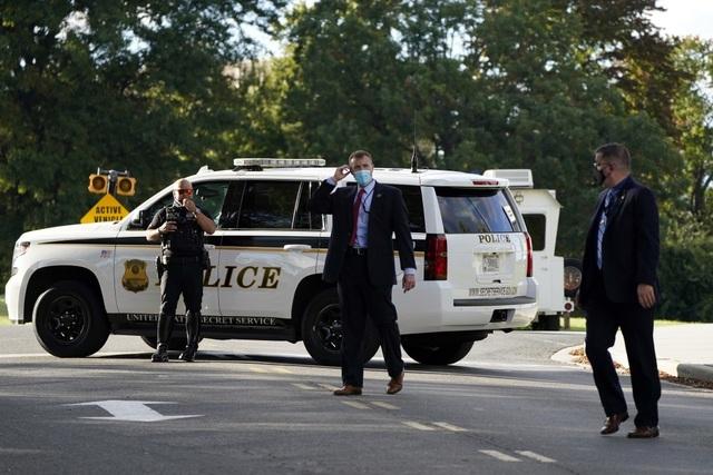 Ông Trump rời Nhà Trắng, tạm chuyển tổng hành dinh đến bệnh viện - 11