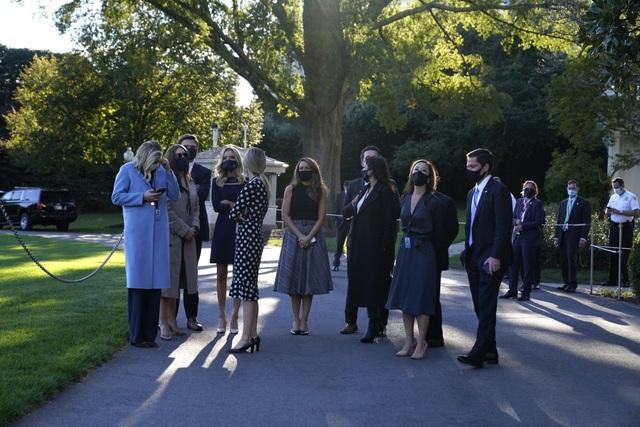Ông Trump rời Nhà Trắng, tạm chuyển tổng hành dinh đến bệnh viện - 13