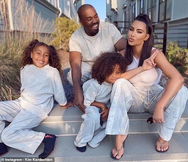 Fans mừng vui khi thấy Kim Kardashian chia sẻ ảnh chụp cùng chồng - 1