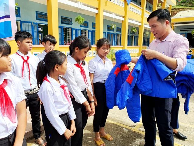 Trao tặng 500 áo ấm đến với học sinh vùng cao Quảng Nam - 1