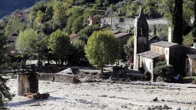 Video nước lũ cuốn phăng nhà cửa, cầu đường tại Pháp, Italia - 2