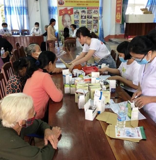 Bình Định: Khám bệnh, phát thuốc miễn phí cho người nghèo - 2
