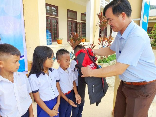 Trao tặng 500 áo ấm đến với học sinh vùng cao Quảng Nam - 3