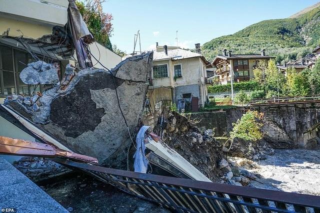 Video nước lũ cuốn phăng nhà cửa, cầu đường tại Pháp, Italia - 6