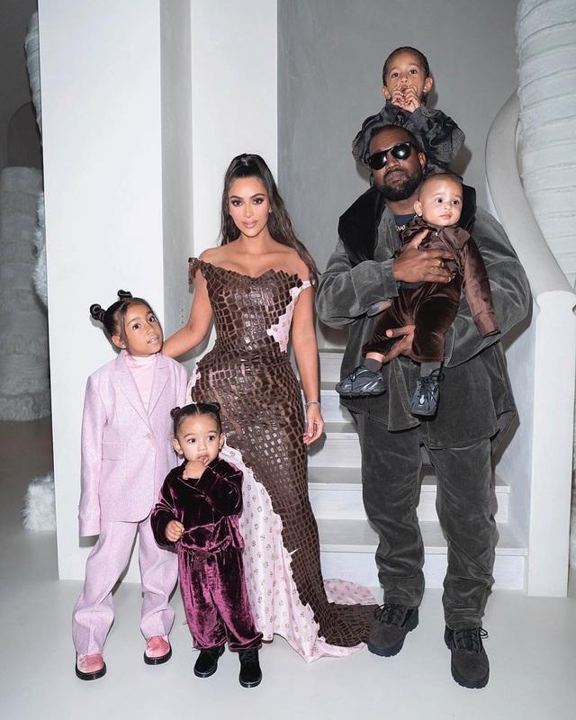 Fans mừng vui khi thấy Kim Kardashian chia sẻ ảnh chụp cùng chồng - 5