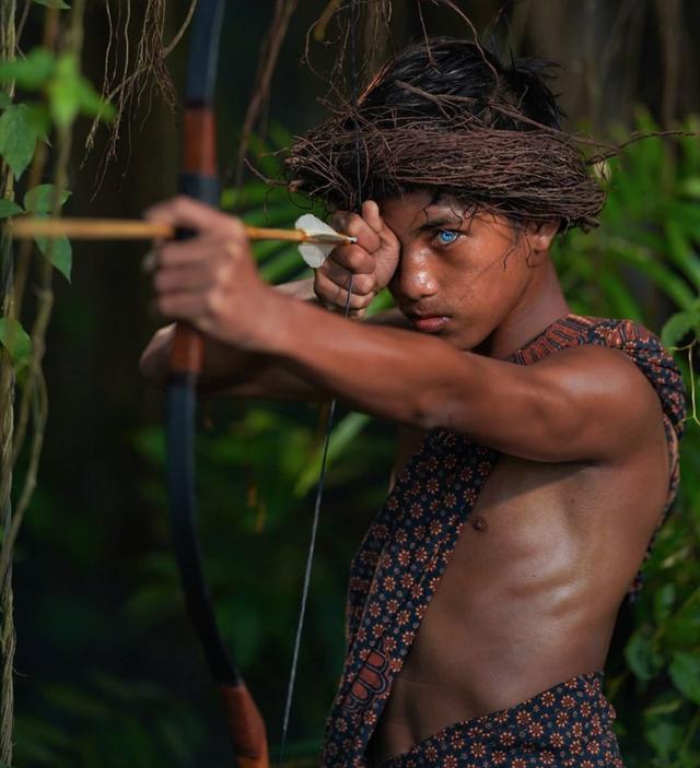 Kỳ lạ bộ tộc có đôi mắt xanh cực hiếm ở Indonesia - 4