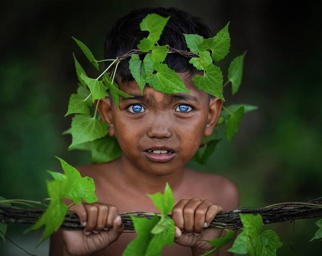 Kỳ lạ bộ tộc có đôi mắt xanh cực hiếm ở Indonesia - 7