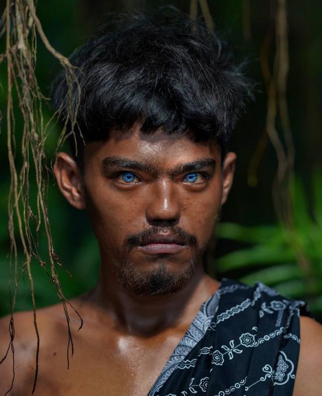 Kỳ lạ bộ tộc có đôi mắt xanh cực hiếm ở Indonesia - 8
