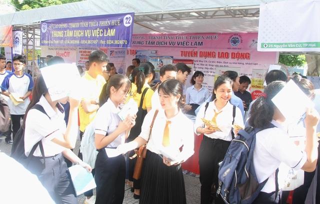 Nhiều bạn trẻ chủ động tham dự ngày hội việc làm sớm để định hướng nghề - 12