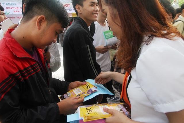 Nhiều bạn trẻ chủ động tham dự ngày hội việc làm sớm để định hướng nghề - 9