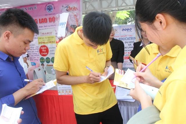 Nhiều bạn trẻ chủ động tham dự ngày hội việc làm sớm để định hướng nghề - 11